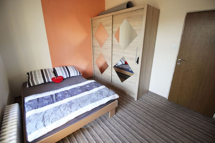 Private room in a house - 15 min to city centre - Prague - House