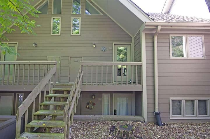 Cozy Wintergreen Condo w/ loft -Walk to the Slopes