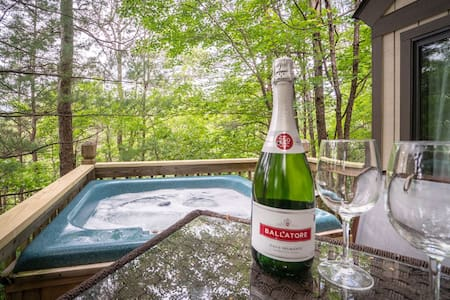 Helen Hideaway - Affordable & comfortable rental with hot tub, fire pit, & smart TV only 5 minutes away from Alpine Helen