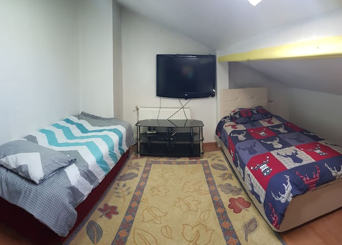 Attic room;5 mins to airport(SAW),central location
