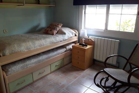 Habitación baño privado,TV,parquing,piscina y Wifi
