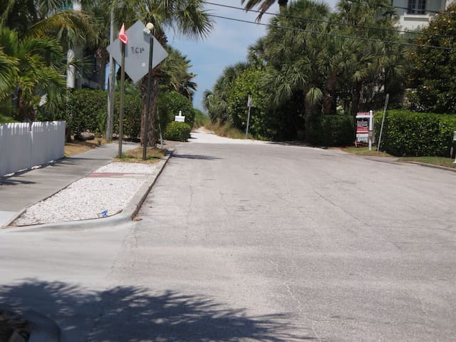 View from the 27th Ave and private Access to the Beach!