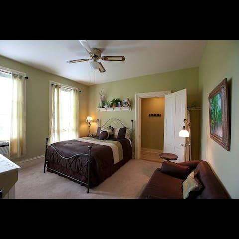 RiverLand Room - Apple Tree Lane Bed & Breakfast
