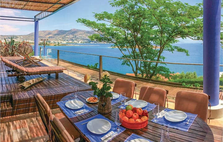 Stunning home in Porto Rafti, ATTIKI with WiFi and 5 Bedrooms