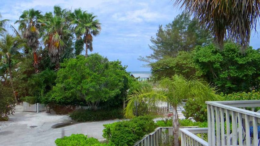 Steps to the beach! In the heart of Anna Maria