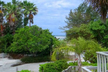 Steps to the beach! Heart of Anna Maria Island