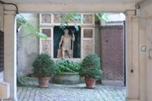 Statue du fond de la cour