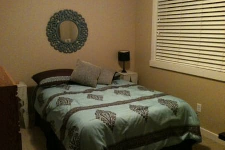 Comfortable, clean, private & affordable room - Sherwood Park