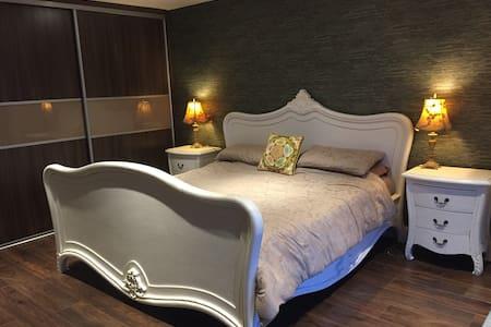 Top Floor Luxury Bedroom & Balcony - Letterkenny - Aamiaismajoitus
