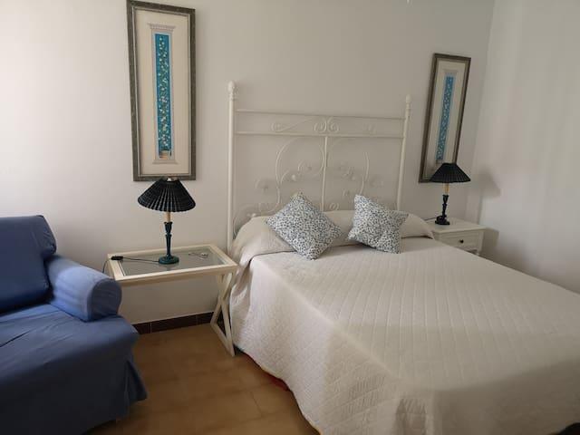 Dormitorio 1, vista desde la puerta. Cama doble de 1,35 y sillon cama individual (azul)
