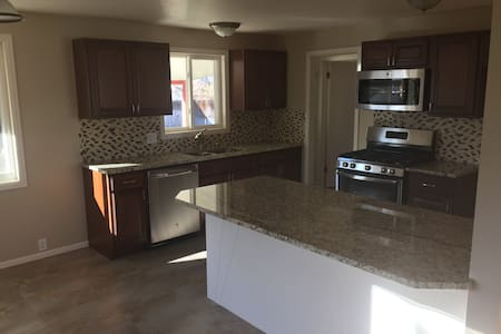 New Kitchen, 6 Bdrm & Room For the Family & Pets - 布隆菲(Broomfield) - 獨棟