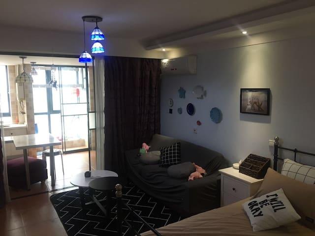 武进湖塘吾悦广场复古风投影大床房单身公寓设施齐全