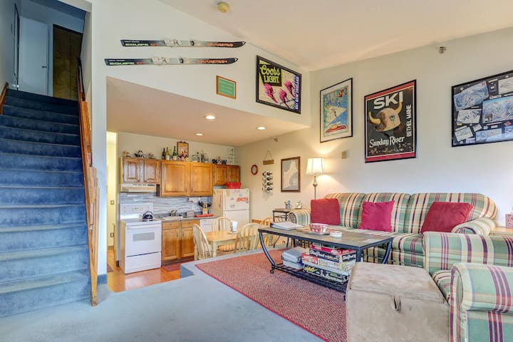 Cozy ski-in/out condo w/ shared pool & hot tub - ideal for year-round adventure!