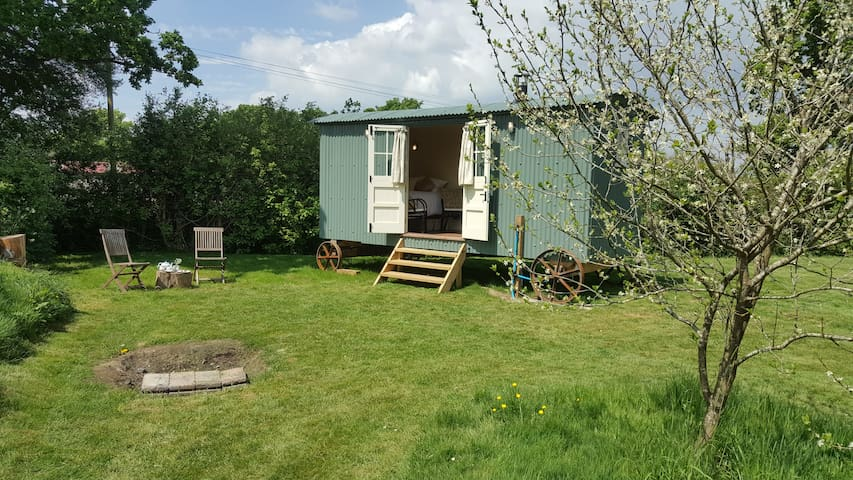Cosy Shepherd's Hut with Logburner- Rural Headcorn