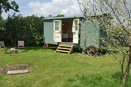 Cosy Shepherd's Hut with Logburner- Rural Headcorn