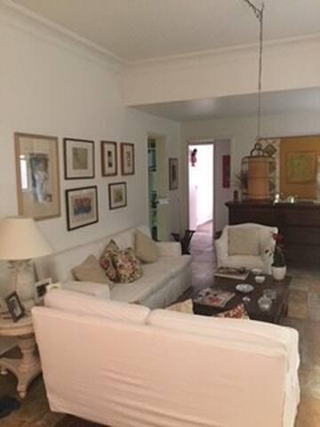 Amplo apartamento na melhor rua de Laranjeiras