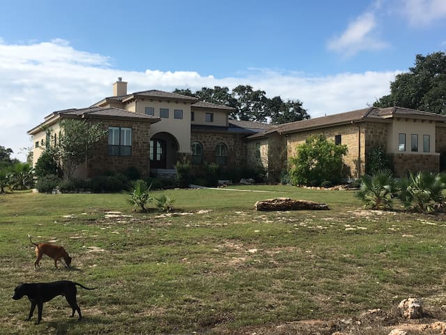 Single Bedroom in gated Hill Country Home. - New Braunfels - Ház
