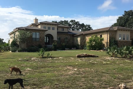 Single Bedroom in gated Hill Country Home. - 新布勞恩費爾斯(New Braufels)