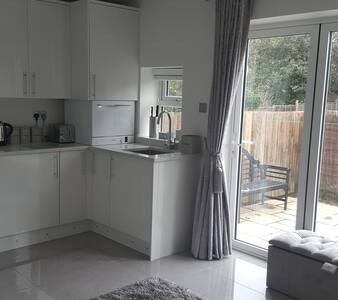 Cosy 1 bed Guest Suite Esher private entrance