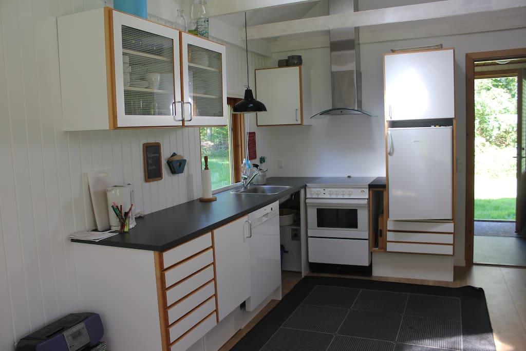 Køkken med opvaskemaskine