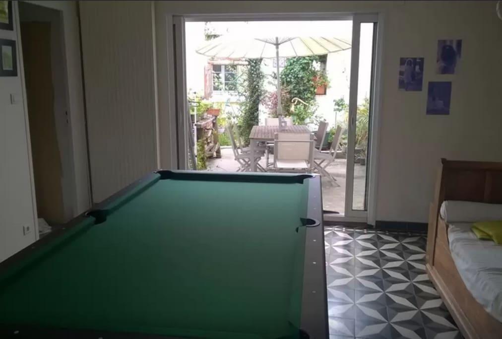 Entrée réservée aux invités : billard et patio à disposition