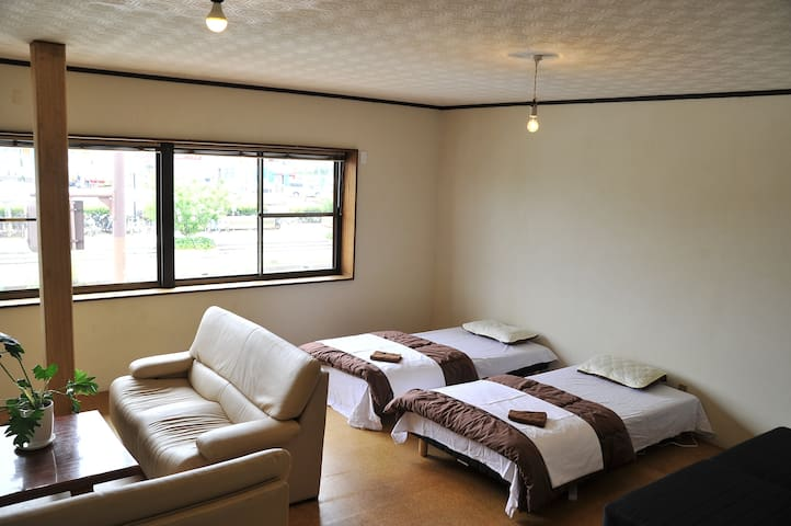 Easy access to Naoshima: Seaside bed - Tamano-shi - Huis