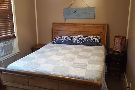 Queen Size Bedroom with A/C. 1 Block from LLWS. - 아파트