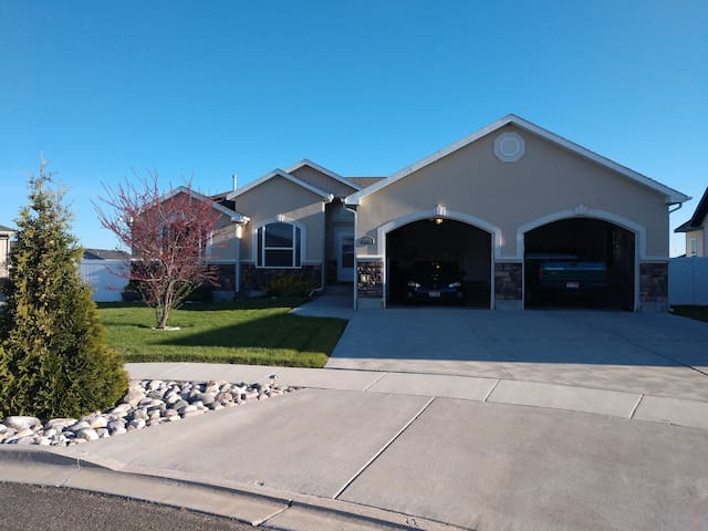 5 bed 3 bath 2900 SQ ft has 2 decks with Weber bbq