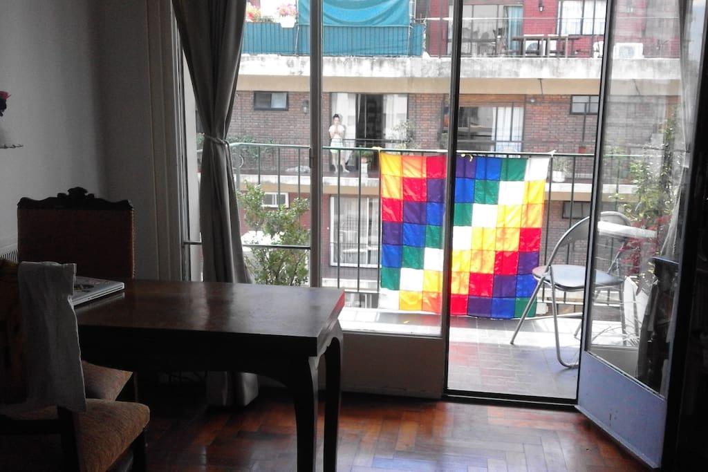 Monoambiente con cocina y balcón