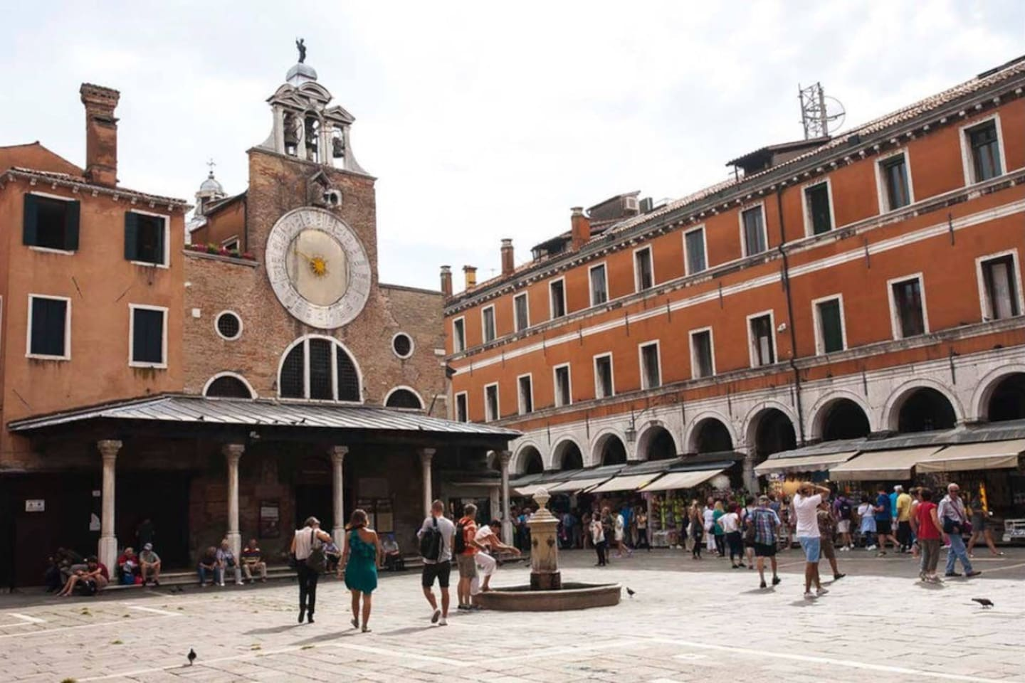 Located on the square on Rialto, between the Rialto Bridge and the famous Rialto fish market!