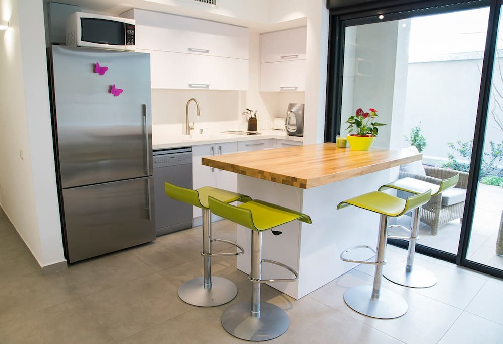 A very cozy kitchen to share quality time and full of ligths
