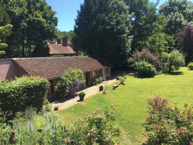 Quiet Getaway Cottage in Bourgogne