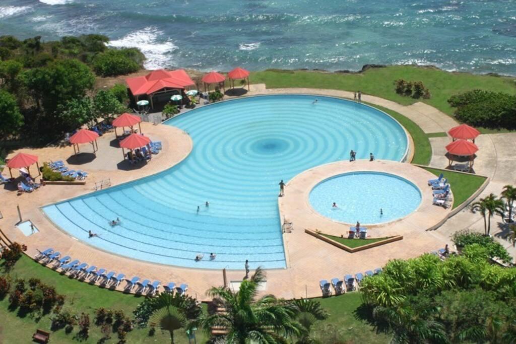 La plus grande piscine des Antilles ! Piscine à débordement sur la mer, vue sur Marie Galante. Une grande pataugeoire fera la joie des plus petits.