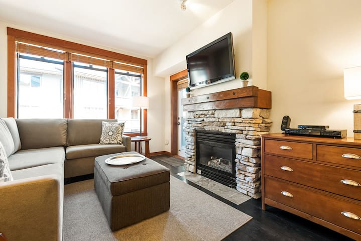 Elegant 1-bedroom Village condo with modern art, lodge amenities and Sherwin Mountain views