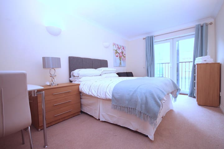 LARGE DOUBLE BEDROOM IN LIMEHOUSE