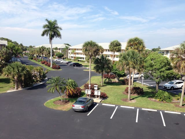 Sweet condo with 2 beautiful pools, close to beach