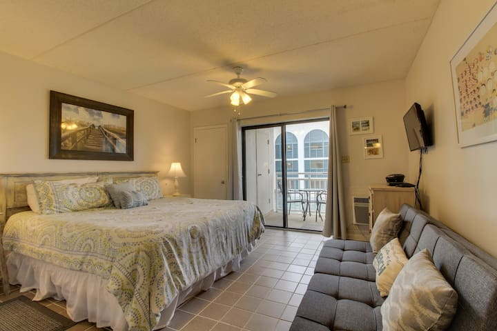 Gulf-front condo w/balcony, 3 shared pools, tennis & beach access