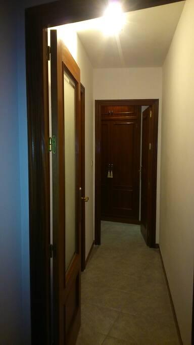 Pasillo de entrada a la habitación