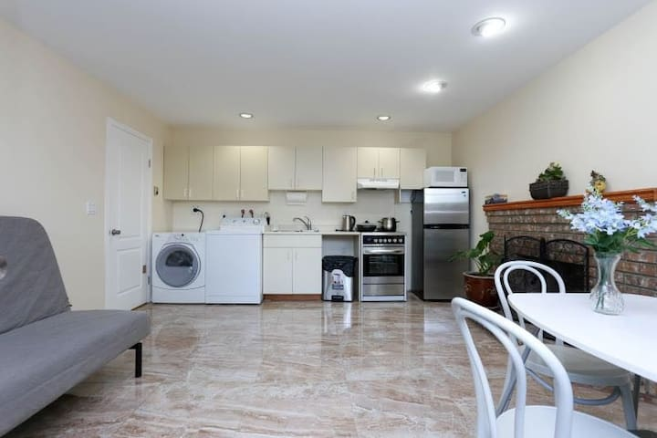 Grand Spacious Suite 1 BR Near Airport