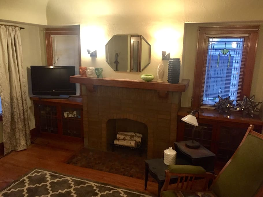 "Vintage 1920's construction.   Hard wood floors, vintage lighting, beautiful built in bookcases.   All accented by antiques!  32"" tv w roku, Hulu, Netflix, and Amazon."