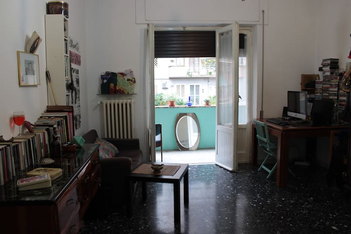 Ampia Stanza con balcone | Big Room with balcony - Rome - Appartement