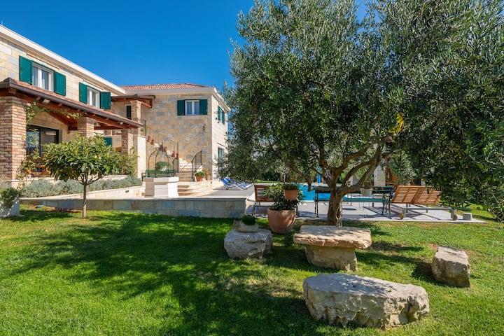 ***** Villa Domnius- Pool&Jacuzzi