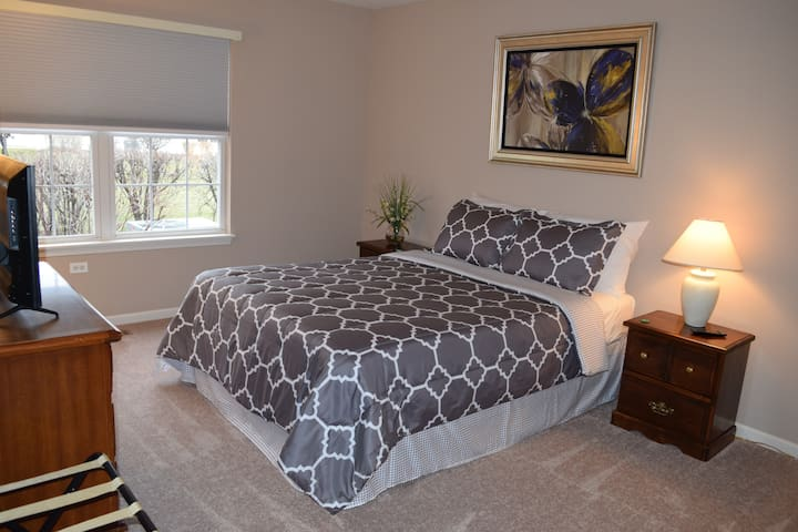 Cozy & Clean in Naperville!! Perfect for 1 to 6!!