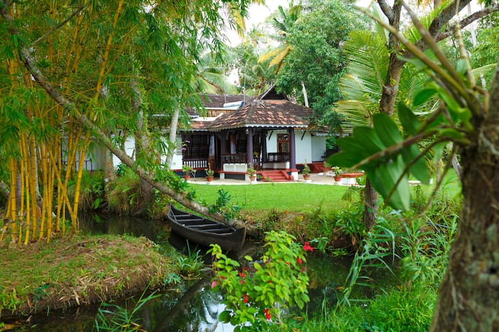 Vembanad House Back water homestay - 알라푸자 - B&B