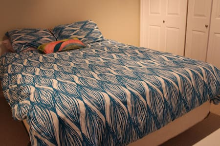 Single bedroom - Queen size bed - Spruce Grove - 独立屋
