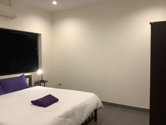 ห้องนอน2คิงไซร์ แอร์ ตู้แขวนเสื้อผ้า ผ้าขนหนู 2ผืน โคมไฟหัวเตียงสำหรับอ่านหนังสือ