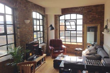 Amazing room in beautiful Shoreditch home - Лондон