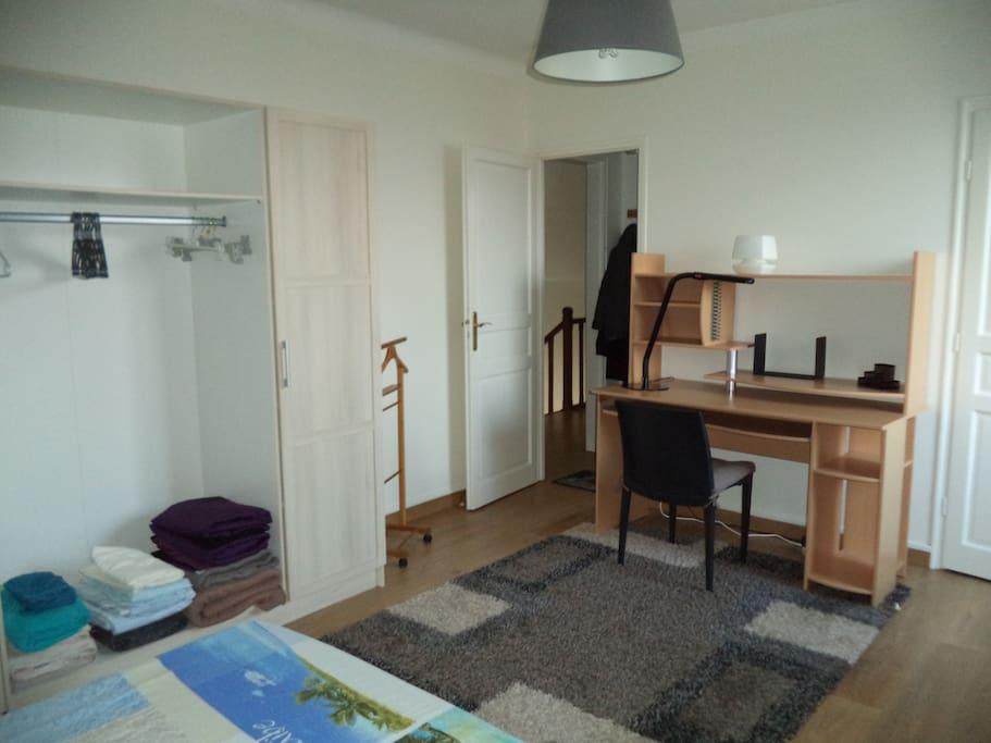 La chambre (et son bureau)