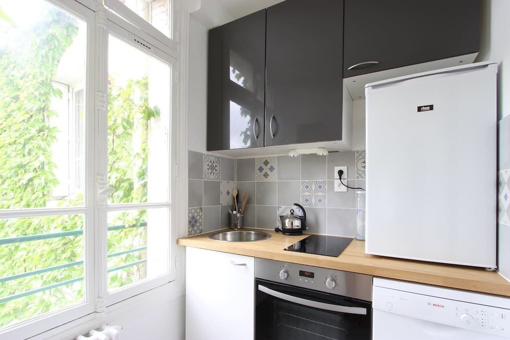 Fully fitted kitchen with new equipments (oven, washing machine, fridge, etc)