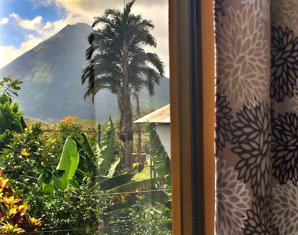 Master room with panoramic volcano view!! You can wake up, move the window curtain and see the great volcano Arenal ❄️